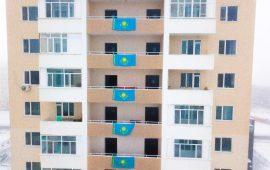 Алматы облысындағы көп қабатты үйдің  қасбетіне Қазақстанның 30 байрағы орнатылды